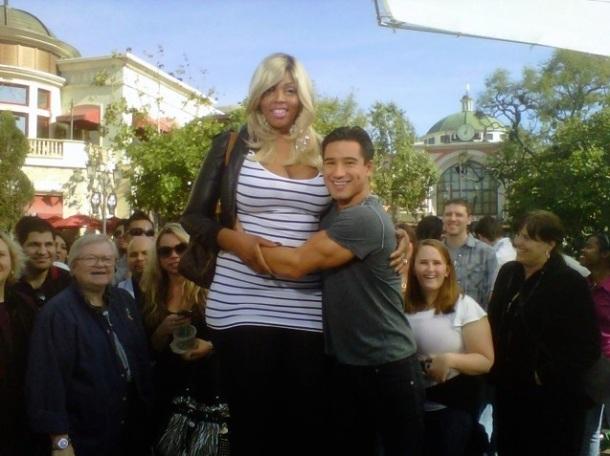 Amazon Ashley une des femmes les plus grandes du monde posant en photo avec l'acteur Mario Lopez