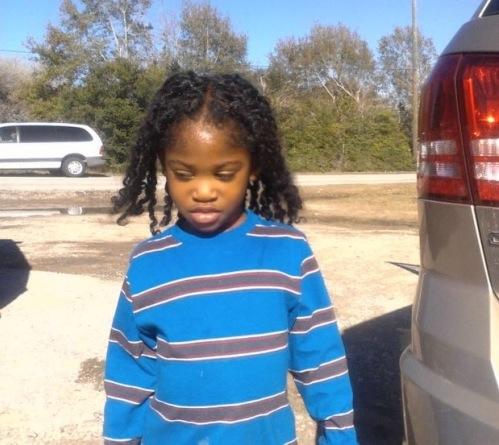 Garçon rejeté de l'école à cause de ses longs cheveux crépus