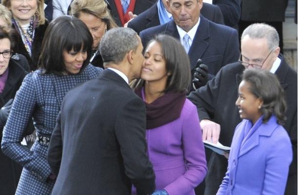 POURQUOI SASHA ET MALIA ONT VOLE LA VEDETTE DE PAPA OBAMA / malia embrasse son père Barack Obama (Janvier 2013)