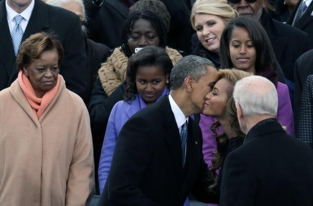 POURQUOI SASHA ET MALIA ONT VOLE LA VEDETTE DE PAPA OBAMA / Barack Obama embrassant Beyonce