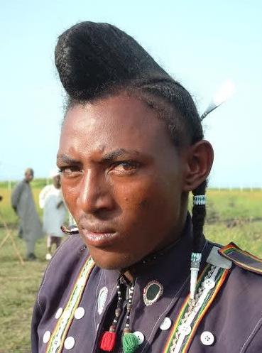 FEMMES PEULS (FULANI) AUX CHEVELURES ENVIABLES - PARMI LES PLUS BELLES AU MONDE (Homme africain (peul) avec les cheveux souples et longs)