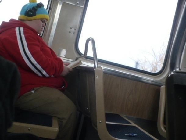 Un homme gros et mal habillé dans le bus