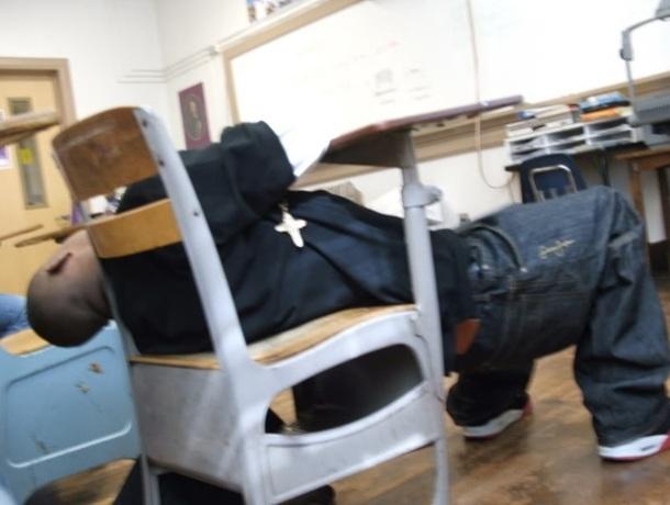 Un homme endormi sur la banc de l'école