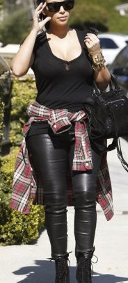 Kim kardashian enceinte avec des talons hauts et avec une chemise à carreaux rouges
