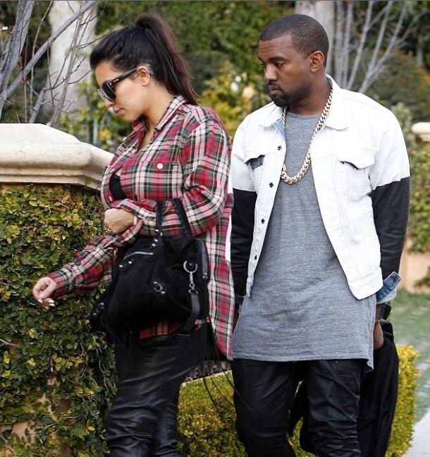 Kim kardashian enceinte avec des talons hauts et avec une chemise à carreaux rouges - avec Kanye West