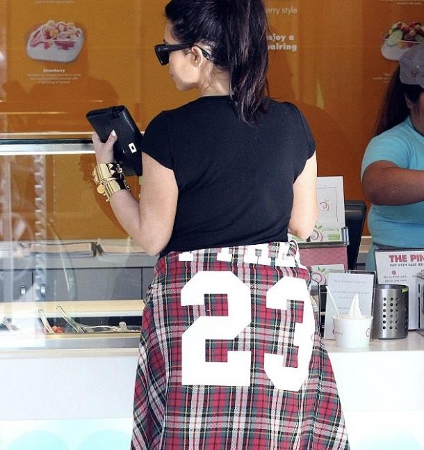 Kim kardashian enceinte avec des atlons hauts et qui achète des sundaes et yaourts glacés avec Kanye West