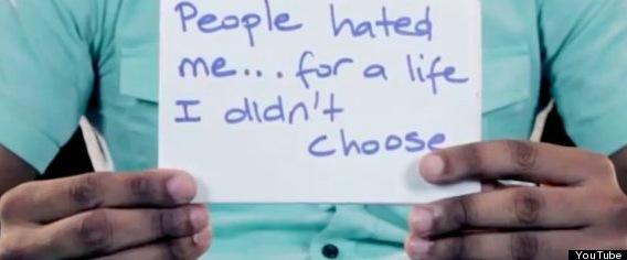 """Un homosexuel tient la pancarte suivante : """"Les gens me détestent à cause d'une vie dont je n'ai pas fait le choix"""""""