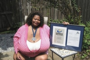 Annie Hawkins-Turner : la plus grosse poitrine du monde