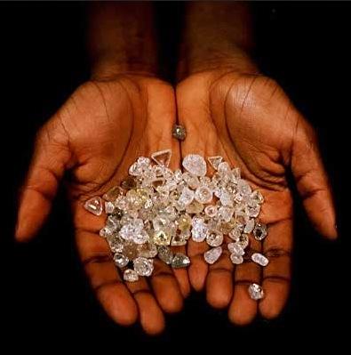 LA RUSSIE ET LA CHINE PRENNENT LE CONTROLE DES DIAMANTS AU ZIMBABWE (diamants dans le creux des mains - image)