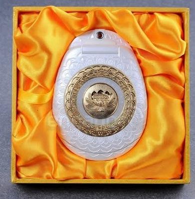LE TELEPHONE PORTABLE GOLDEN BUDDHA - UN PORTABLE EN OR (Buddha gold cellphone)