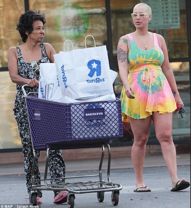 """AMBER ROSE SEXY ET """"EN FORMES"""" 3 SEMAINES APRES L'ACCOUCHEMENT - shopping avec sa mère le jour de la st patrick"""