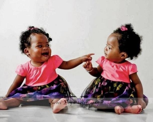 Bébé jumelle qui se moque de l'autre