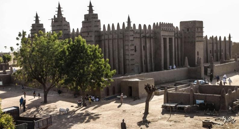 Djenne - la grande Mosquée battie en 1906 l'avait été sur une mosquée encore plus vieille. C'est uen construction typique de l'architecture sahélienne et la plus grande du monde faîte en briques de terre.