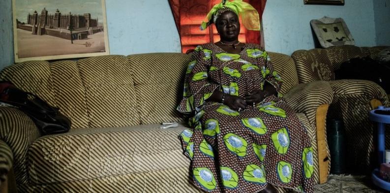Cette femme nommée Traore Khadija Djennepo tient les bureaux d'une ONG aux alentours de Djenne. Elle s'inquiète pour la situation actuelle - ils manquent de tout donc de nourriture mais ils sont bien aidés par les familles aux alentours.