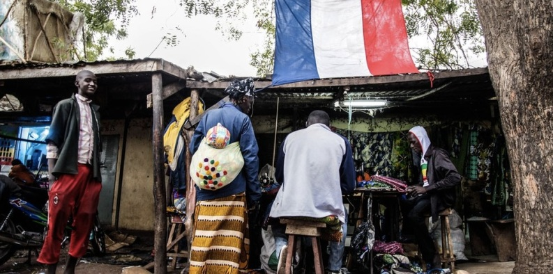 Plusieurs drapeaux français ont été élevés dans les marchés notamment dans celui de Mopti. Certains commerçants déclarent que grâce à la France ils peuvent enfin dormir tranquille.