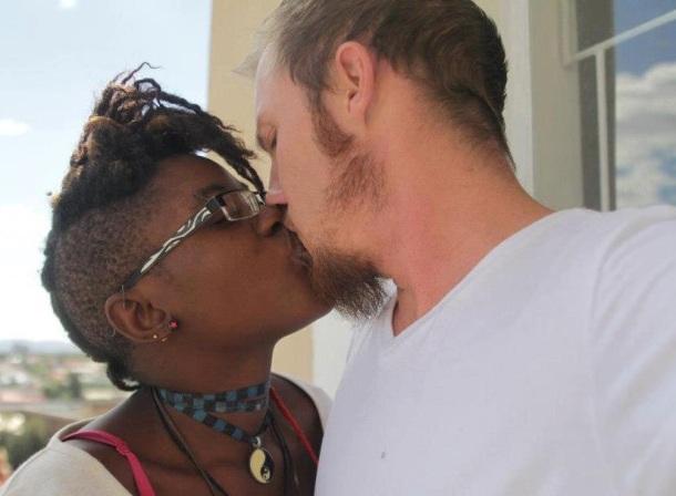 LES RELATIONS INTERRACIALES DERANGENT - fille noire et garçon blanc qui s'embrassent