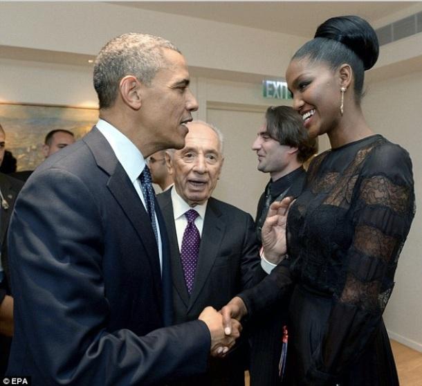 Le Président Barack Obama avait tenu à rencontrer la première Miss Israël noire, Yityish Aynaw, il l'avait invitée à sa table.