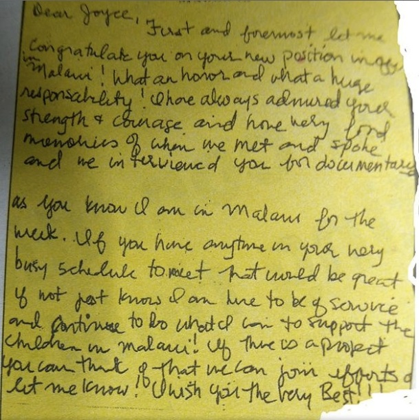 Lettre familière écrite de la main de Madonna adressée à Joyce Banda, la Présidente du Malawi.