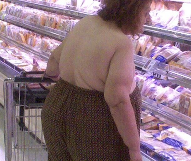 2. Une mamie qui fait ses courses avec son pantalon en guise de soutien-gorge