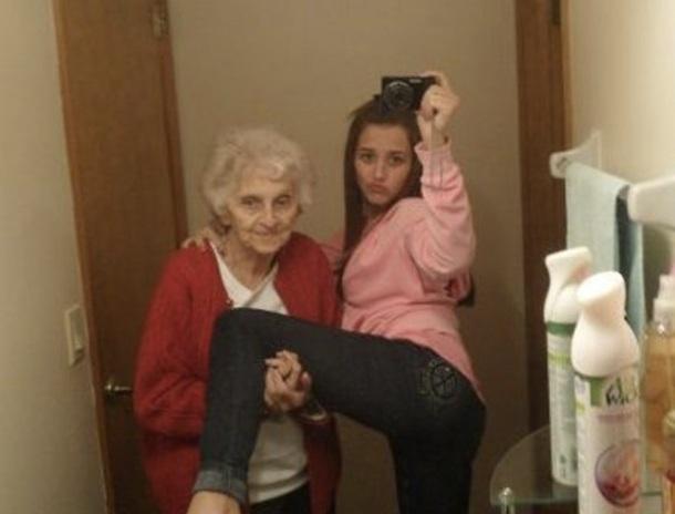 20. Cette fille qui demande à sa grand-mère de lui tenir la jambe