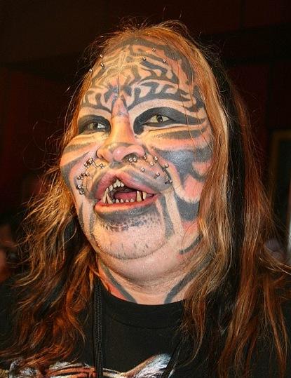 9. Est-ce le tatouage qui fait le look, la déformation volontaire de la lèvre ou ce superbe visage ? (bizarre)
