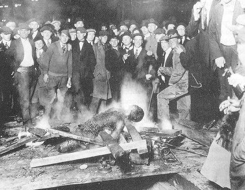 Photo authentique du lynchage d'un noir à cette époque.