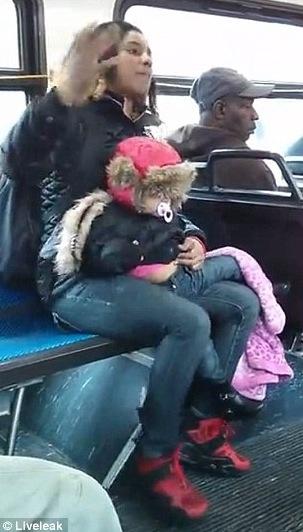 UNE FEMME JETTE SON BEBE DANS LE BUS POUR POUVOIR SE BATTRE AVEC UNE AUTRE (Connecticut)