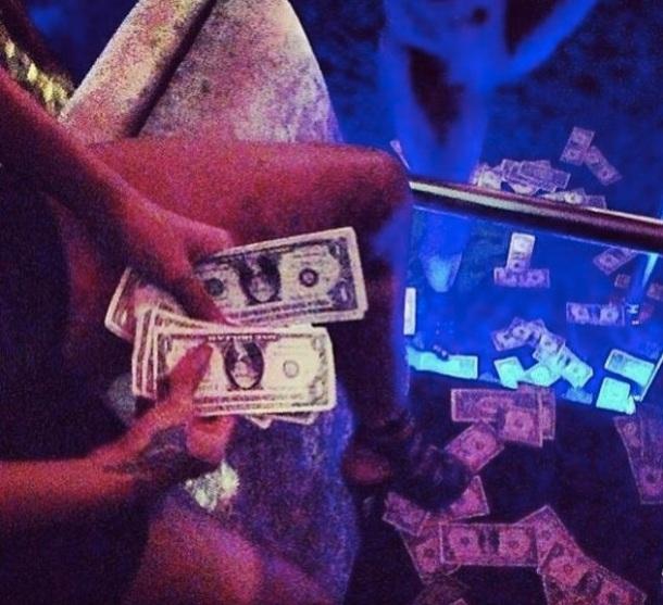RIHANNA CRITIQUEE : ELLE APPELLE UN PETIT GARCON 'NIGGA' ET FAIT LA FOLLE DANS UN CLUB DE STRIP TEASE - strip club Miami