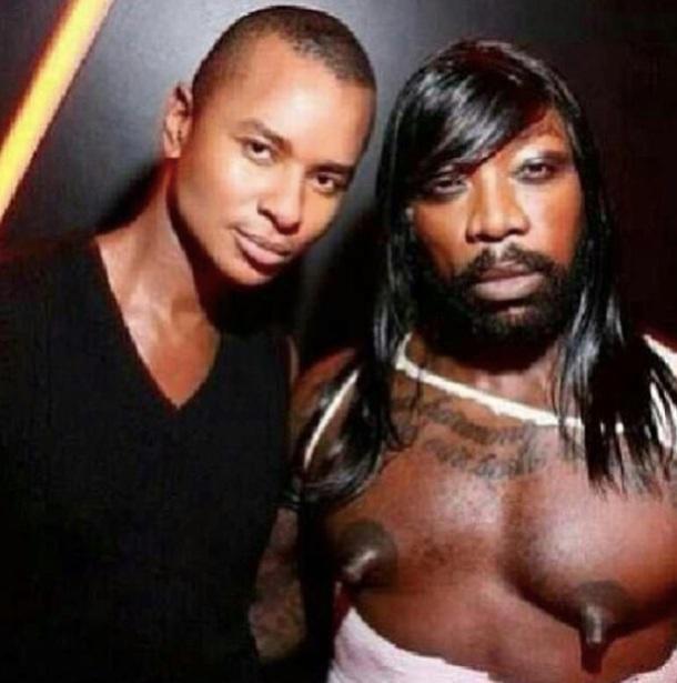 Un homme noir avec des seins et des cheveux longs
