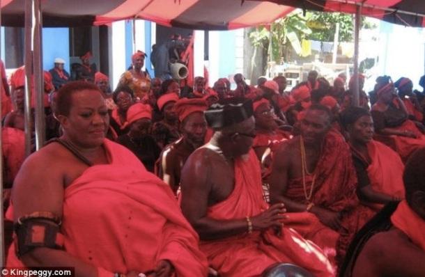King Peggy aux funérailles de son oncle au Ghana.