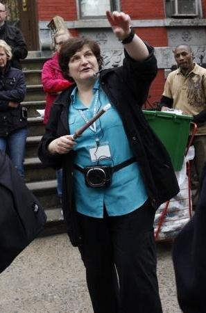 """La guide Lynn Battaglia de la compagnie Real Bronx Tour a affirmé : """"Si on était en 1980 et que vous me dîtes 'Lynn je veux mourir' je vous répondrai que vous êtes exactement au bon endroit""""."""