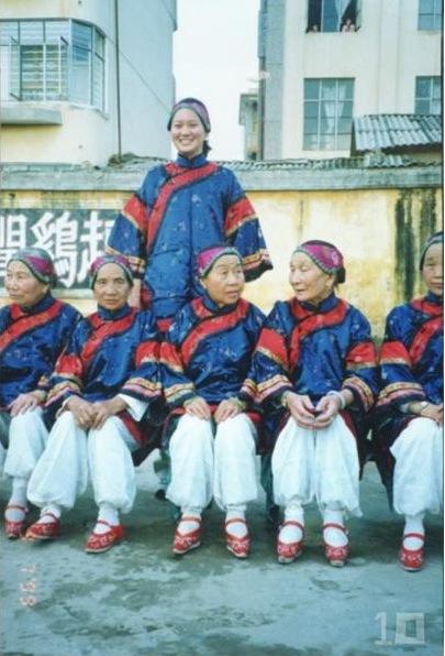 LES PIEDS BANDéS : LA TRADITION CHINOISE DU BANDAGE DES PIEDS ENCORE VIVANT CHEZ UNE MINORITE DE FEMMES