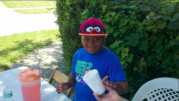 Michael Diamond (Ohio 8 years old boy) - UN GARCON DE 8 ANS VEND DES VERRES DE JUS DANS LA RUE POUR PAYER L'ENTERREMENT DE SA GRAND-MERE