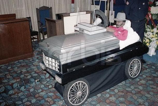 Un cercueil en forme de voiture (humour)