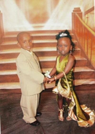 Couple d'enfants en tenue de soiree
