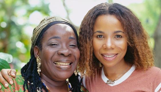Rita Marley ici en photo avec sa fille biologique ainsi que celle de Bob marley dont elle est l'enfant le plus âgé.