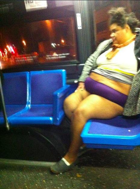 Femme obése trés dénudée dans le métro