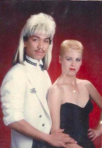 Photo kitsh de couple (un homme asiatique avec les cheveux longs + sa copine aux cheveux courts)