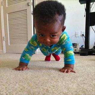 Un bébé qui fait des pompes (sport)