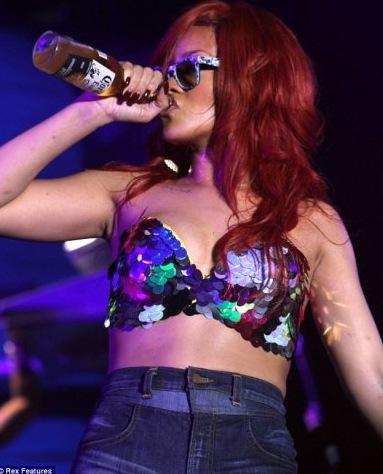 Source image : Google (un des concerts de Rihanna où on a pu la voir boire de l'alcool).