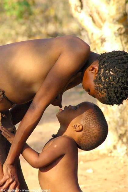 Photo flagrand délit - un enfant qui va téter sa mére